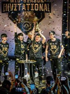 《LOL英雄联盟》2018MSI季中赛中国战队RNG夺冠现场